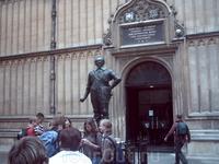 Памятник Вильяму Герберту, Третьему Герцогу Пеммбрукскому перед входом в библиотеку Болдли