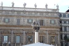 Верона.Площадь делла Эрбе. Палаццо Марфеи , барочная  постройка,  над  аттиком  дворца установлена  балюстрада со статуями античных богов, стоящих в ряд ...