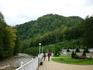 Красиво оборудованная набережная реки Курджипс. Рядом есть симпатичная гостиница и подвесной мост.