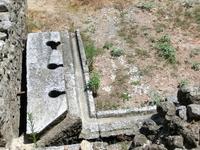 Нужное место - общественный туалет. Вода, идущая из терм, стекала по трубам, унося все за собой в водопровод.