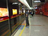 Метро.На фото видно,что пассажиры садятся в вагоны.следуя указаниям стрелок на полу