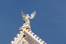 Ангел на фронтоне Собора Дуомо.