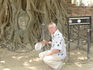 Голова древней статуи будды, вросшая в корни дерева - одна из святынь тайцев. Это в Древней столице Сиама - Аютайя