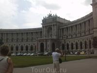 В прошлом дворец Габсбургов, ныне резиденция Президента Австрии