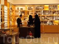 ОАЭ/Жена тень мужа. Женщин фотографировать без разрешения запрещено