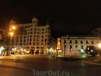 Стемнело, я вышла на вечерний променад, заодно посмотрела на вечерний город. на Plaza de Puerta del Mar вечером красиво подсвечивается фонтан. А вот красивое ...