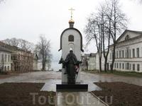 Памятник св. Макарию Калязинскому