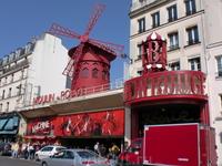 &quotМулен Руж&quot.От старого ночного кабаре,построенного в 1885г и превращенного в 1900г в танцзал,сохранились лишь красные мельничные крылья(отсюда и название &quotКрасная мельница&quot.Вопреки рас