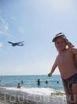 Наш пляж,над которым постоянно курсируют самолеты,это захватывает дух.г.Адлер