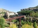 Переходим мост и поднимаемся выше, к домам. Отсюда тоже открывается фантастический вид на Парадор, скалы и мост.