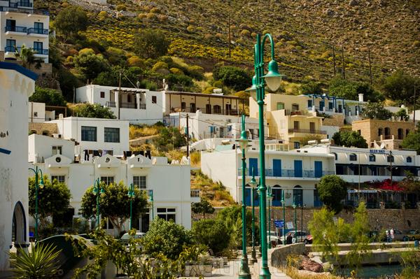 Остров Тилос. На острове живут всего 552 человека, на острове 1 школа, 1 заправка и всего 2 населенных пункта: Мегало хорье и Микра хорье (Большая и малая деревни)