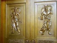 вход в храм под статуей Азии