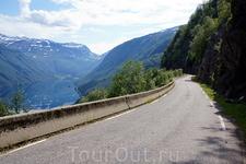 520-я дорога. Эту дорогу называют также  Roldalsvegen/Roldal road. С 2011 года вместе с 13-й дорогой 520-я входит в Национальный туристический маршрут ...