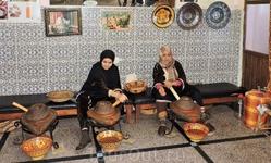 Местные жители делают аргановое масло. Традиционно это женское занятие, хотя труд не из легких
