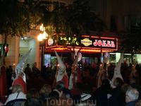 Общины выходят со своими процессиями в определенные дни, которые определены и годами не меняются. На фото - община Святой Вечери, которая согласно библейским ...