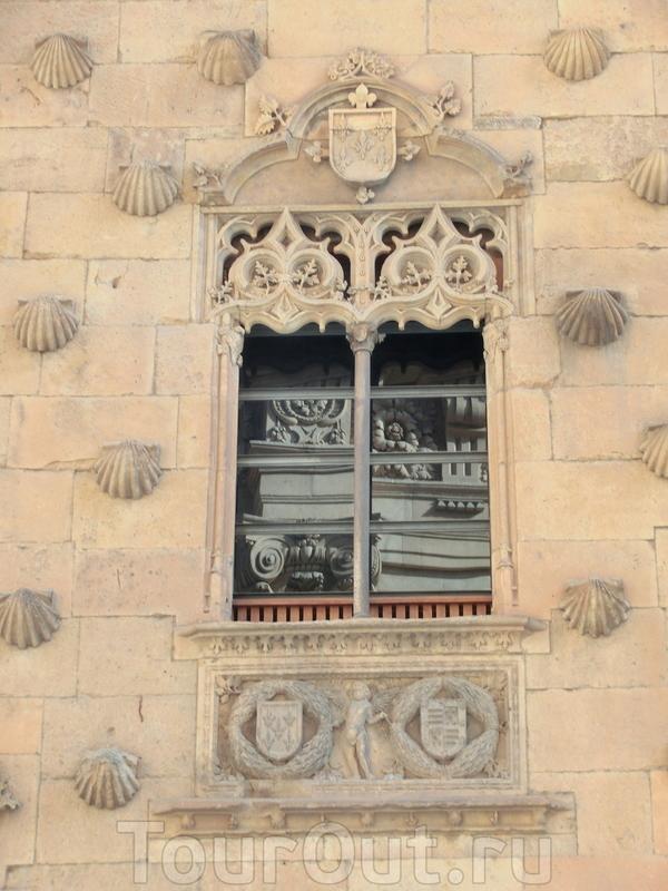 Дом строился к свадьбе господина Родриго Мальдонадо с Хуаной Пиментель. Поэтому гербы родов также используются в декоре фасада и резных окошек. Невеста была очень знатного рода (кто помнит дворец Пиментель в Вальядолиде, где родился будущий король Филипп ...