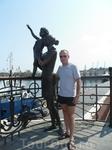 Памятник морячке