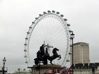 Знаменитое колесо обозрения The London Eye красиво подсвечивается вечером. Первых пассажиров на нем прокатили 1 февраля 2000 года. Колесница - скульптурная ...