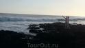 Или на камни, чтобы посмотреть на яростные волны и ощутить мощь океана