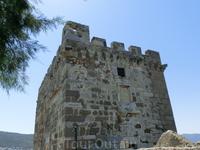 """Английская башня еще известна как """"львиная"""" из-за барельефа льва на фасаде. Строительство башни началось во время господства английского короля Генри IV ..."""