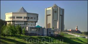 административные здания на берегу залива