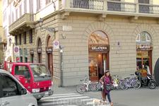 В этом магазине у моста S.TRINITA мы покупаем тосканские вина и мороженое здесь нам нравится больше чем на площади Синьории.