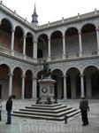 Толедо. Замок Алькасар. Во внутреннем дворике стоит памятник императору Карлу V и Карлу I, королю Испании.