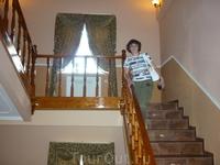 Лестница на второй этаж, на первом -ресторан