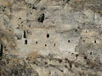 Древнее оборонительное сооружение, то ли 13 век, то ли 15. Мнение экскурсоводов расходится. Оно внутри скалы туннелем проходит через всю гору на несколько сот метров. Как они это все выдолбили?