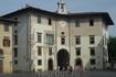 """Пиза. Дворец дель Оролоджо - Palazzo dell Orologio. Слева от арки муниципальная тьрьма,  справа """"Башня Голода"""",в которой был замурован  граф  Уголино с ..."""