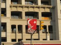 флаги почти на всех зданиях