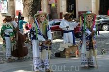 На ней же мы увидели выступление индейских старичков - плясунов. Они таким образом развлекают немногочисленных туристов и местных зевак, за бесплатно между ...
