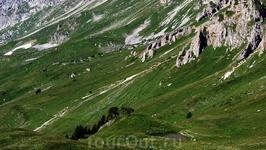 Внизу видно ледниково-карстовое небольшое озеро