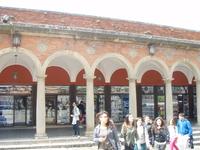 В Сан-Марино как ив дютефри безпошленая торговля т.ч. там много магазинов восновном парфюм,коха, и алклголь.