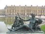 Со стороны сада много скульптур и фонтанов.