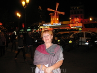 Мулен Руж,вечерний Париж,октябрь,огни Монмартра,мельница,Утром в Питере,вечером в Париже,народ,туристы,машины,музыка.