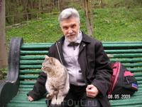 кот парковый обыкновенный, хозяин лавки, сам выбирает к кому на колени запрыгнуть...