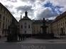 При свете дня площадь перед королевским дворцом выглядит менее загадочно, зато все видно более ясно.