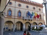 О том,что Равенна была столицей Римской империи свидетельствует желто-красный флаг на центральной площади.