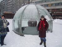 Фонтан недалеко от музея муммитроллей. Зимой накрыт стеклянным куполом, летом выглядит в виде гранитного круглого камня, который крутится под напором воды ...