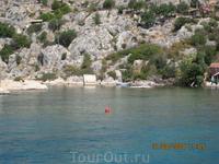 Древний ликийский саркофаг прямо в воде.Огорожен красным мячиком,чтобы суда его не повредили.
