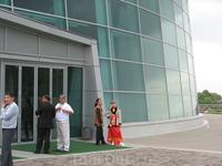 Свадьба в конгресс - холле. Ведущие в нац. костюмах
