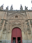Собор строился больше двух веков — с 1513 по 1733 год, поэтому он несет в себе отпечаток сразу двух стилей — поздней готики и барокко.  На Plaza de Anaya выходит северный портал и вербный портал собор