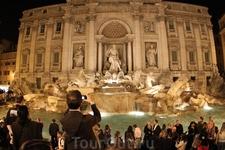 Знаменитый фонтан Треви, вот такое скопление народа вечером- неожиданно...