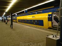 Путешествовать по Голландии на поезде очень просто и удобно, в выходные дешевле, эх, нам бы нам такие поезда!Поезда ходят очень часто, почти каждые 15мин ...