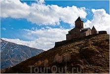 Главным украшением Хеви (прилегающая к Казбеку историческая область Грузии) и его символом является Троицкая церковь на горе над селом Гергети, которое ...