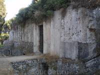 А вот это наше достижение - гробница Птолемея в парке Родини, мы ее все-таки нашли, чем очень гордимся. Почему-то туристов в этот парк не возят и мы там ...