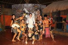 С танцорами