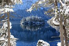 Озеро Eibsee, виден один из восьми островков озера.