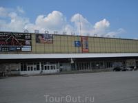 Тот самый дворец спорта ничего интересного в архитектурном плане не представляет. Обычное сооружение по советским лекалам, которое можно увидеть во многих ...